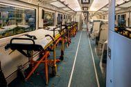 Interior del primer tren habilitado para transportar pacientes.