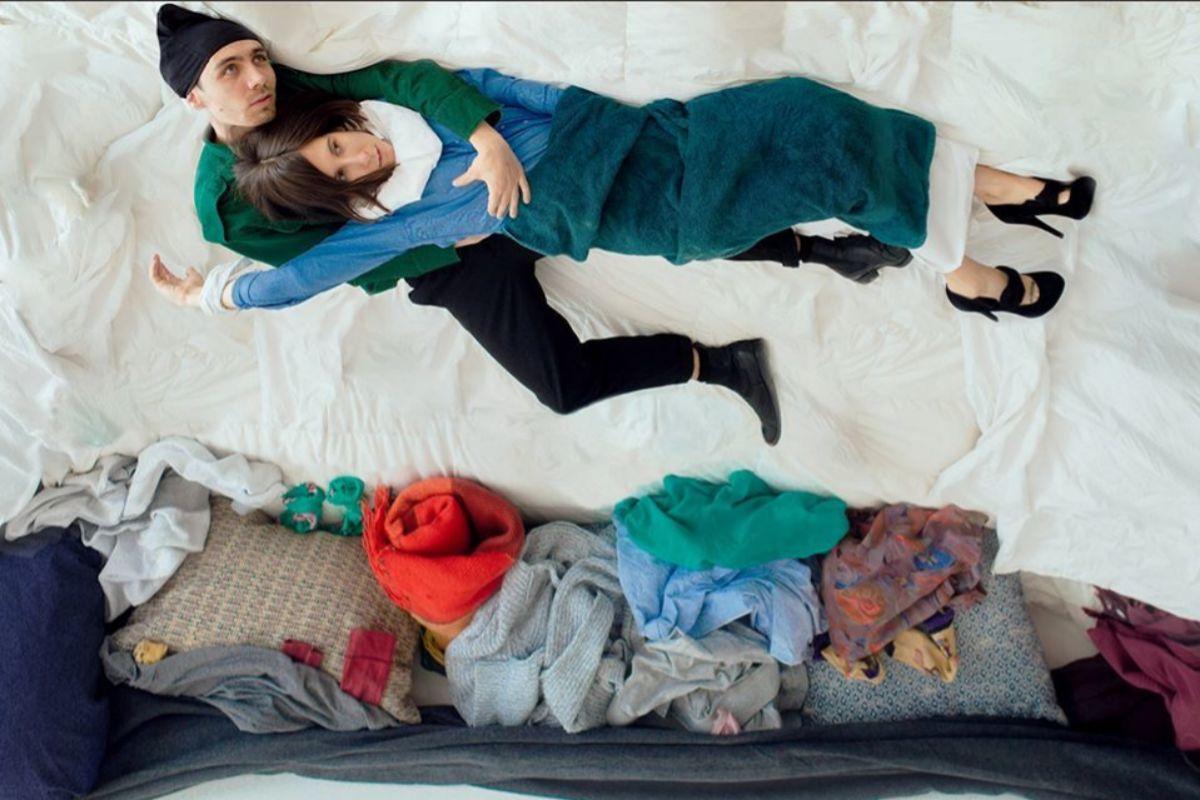Ivan Ischenko con Dari Vasiljeva, recreando el cuadro de Marc Chagall ';Sobrevolando la ciudad';.