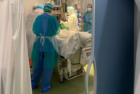 Atendiendo a uno de los pacientes críticos.