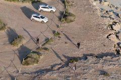 Policía multando a una mujer en una playa de Formentera con ayuda de un dron.