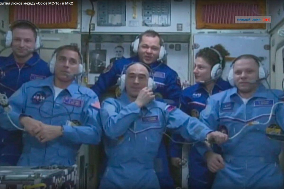 Christopher Cassidy,  Anatoly Ivanishin, Ivan Vagner, Andrew Morgan, Oleg Skripochka y Jessica Meir convivirán unos días en la ISS