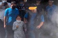 Una familia pasa por un túnel de desinfección en Santiago.