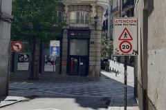 Señales de tráfico en el centro de Madrid.
