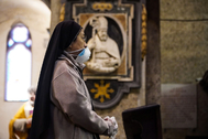 Naples (Italy).- A woman wearing protective face mask attends the mass on Good Friday, presided over by Cardinal Crescenzio Sepe in a deserted Duomo, due to the restrictions related to the lt;HIT gt;Coronavirus lt;/HIT gt; emergency, in Naples, Italy, 10 April 2020. Italy is under lockdown in an attempt to stem the further widespread of the SARS-CoV-2 lt;HIT gt;coronavirus lt;/HIT gt; that causes the COVID-19 disease. ( lt;HIT gt;Italia lt;/HIT gt;, Nápoles) EPA/
