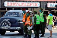 Varios militares realizan labores de control en La Habana.