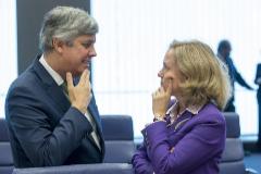 El presidente del Eurogrupo, Mario Centeno, dialoga con la ministra de Economía Nadia Calviño en una reunión en Bruselas el pasado