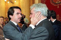 José María Aznar y Enrique Múgica se saludan en un homenaje a las víctimas del terrorismo cuando eran presidente del Gobierno y Defensor del Pueblo.