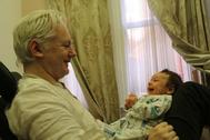 Imagen publicada por el 'Mail on Sunday' de Julian Assange con uno de sus hijos.