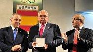 Enríquez, recibiendo un galardón del COE.