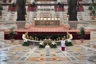 El Papa Francisco lee la bendición Urbi et Orbi, este domingo, en el Vaticano.