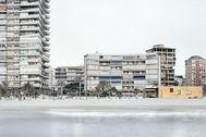 'Vista de San Juan II' dentro de la serie 'Marinas Invertidas' en la que Vicente Tirado retrata las playas y ciudades vacías.