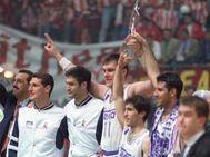 Sabonis y Arlauckas sostienen el trofeo, en Zaragoza.