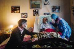 Un anciano es atendido en su hogar de París.