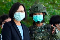 La presidenta de Taiwan, en una visita a una base militar, en plena pandemia de coronavirus.