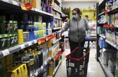 Una mujer hace la compra en un supermercado de Zahara.