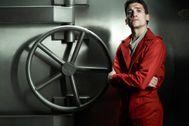 La Casa de Papel: Jaime Lorente, acosado por una vecina que se dedica a hacerle fotos