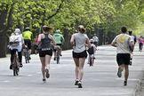 Los austriacos, corriendo o paseando con bicicletas por el parque del Prater, en Viena.