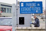 Un jugador del Fuenlabrada sale del estadio, tras pasar un chequeo.