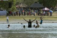 Personas asisten a un balneario en las afueras de Managua, este domingo.