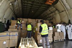 Descarga de material sanitario en Hungría de un avión de transporte Antonov procedente de China.
