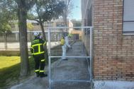 Bomberos del Ayuntamiento de Jerez proceden a la desinfección de un colegio de la ciudad.