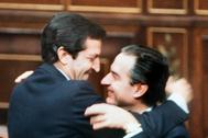 El ex presidente del Gobierno Adolfo Suárez abraza a Landelino Lavilla, en el Congreso, en 1983.