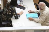 Un hombre realiza la declaración de la renta en una oficina de Hacienda