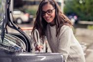 Una joven introduce un paquete en un maletero a través de Cabify Envíos.