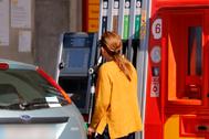 Una mujer reposta su vehículo en una gasolinera de Castellón.
