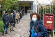 Ciudadanos se protegen con mascarilla, en Roma.
