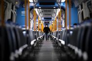 Un usuario con mascarilla en el metro de Buenos Aires.