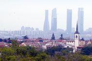 Las Cuatro Torres de Madrid, ayer por la mañana, en una imagen tomadas desde Pozuelo de Alarcón en la que se ve la escasez de polución en la capital.