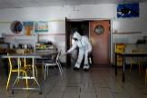 Un operario realiza labores de desinfección en una escuela de Cannes