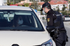 Un policía pide la justificación a un ciudadano durante el estado de alarma.