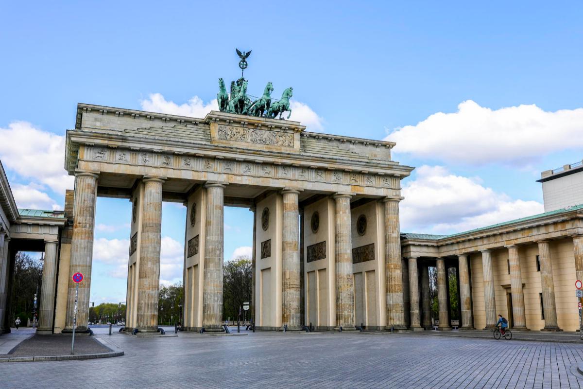La emblemática Puerta de Brandenburgo, vacía en tiempos de coronavirus.