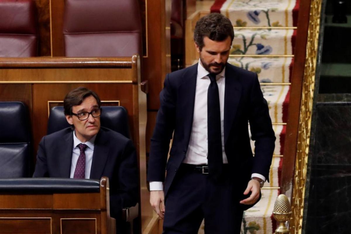 Pablo Casado pasa delante del ministro Salvador Illa en la sesión de control.