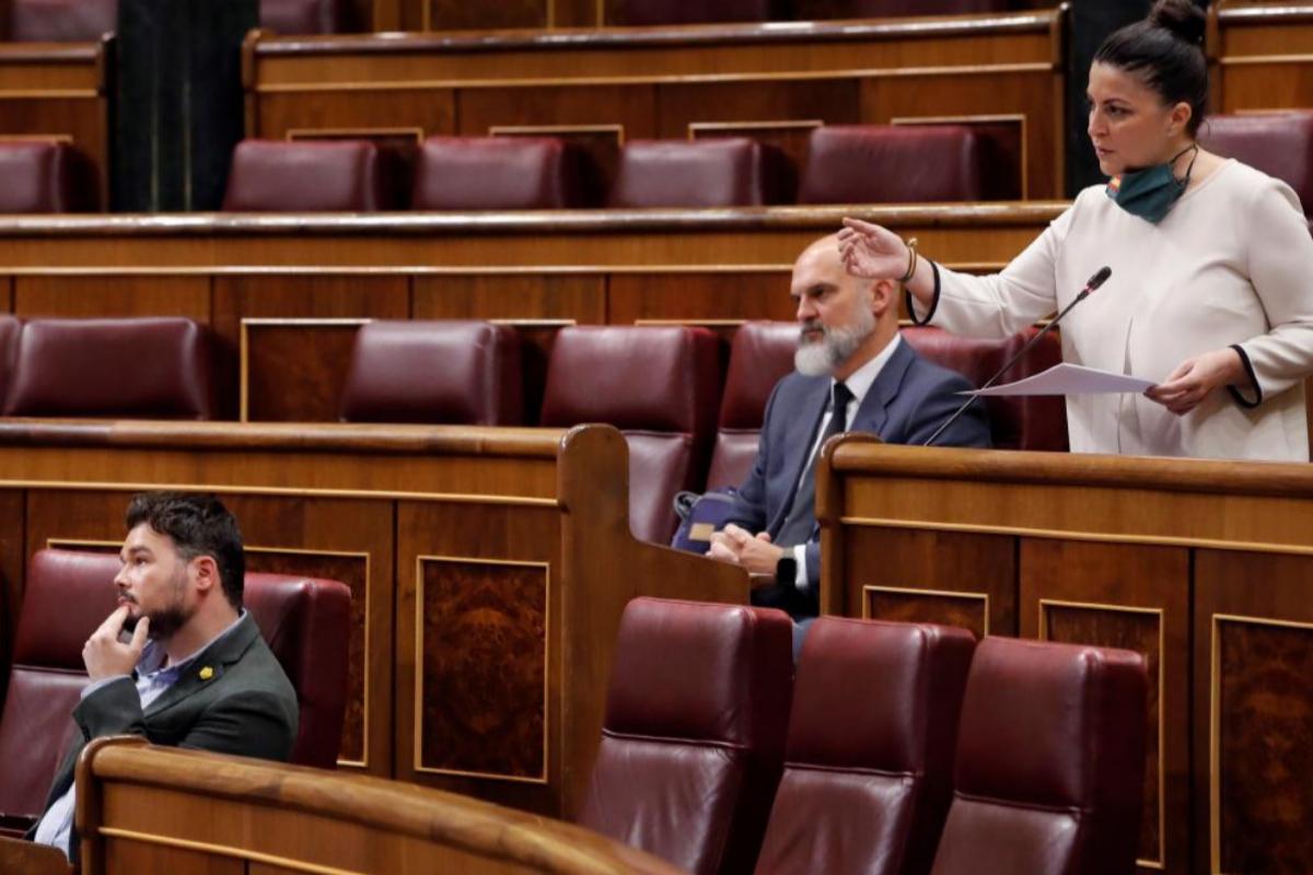 Macarena Olona (Vox) hace una pregunta en presencia del diputado de ERC Gabriel Rufián.