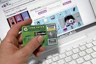 Un persona realiza una compra por internet con su tarjeta de crédito.