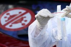 Un sanitario recoge un test de coronavirus.
