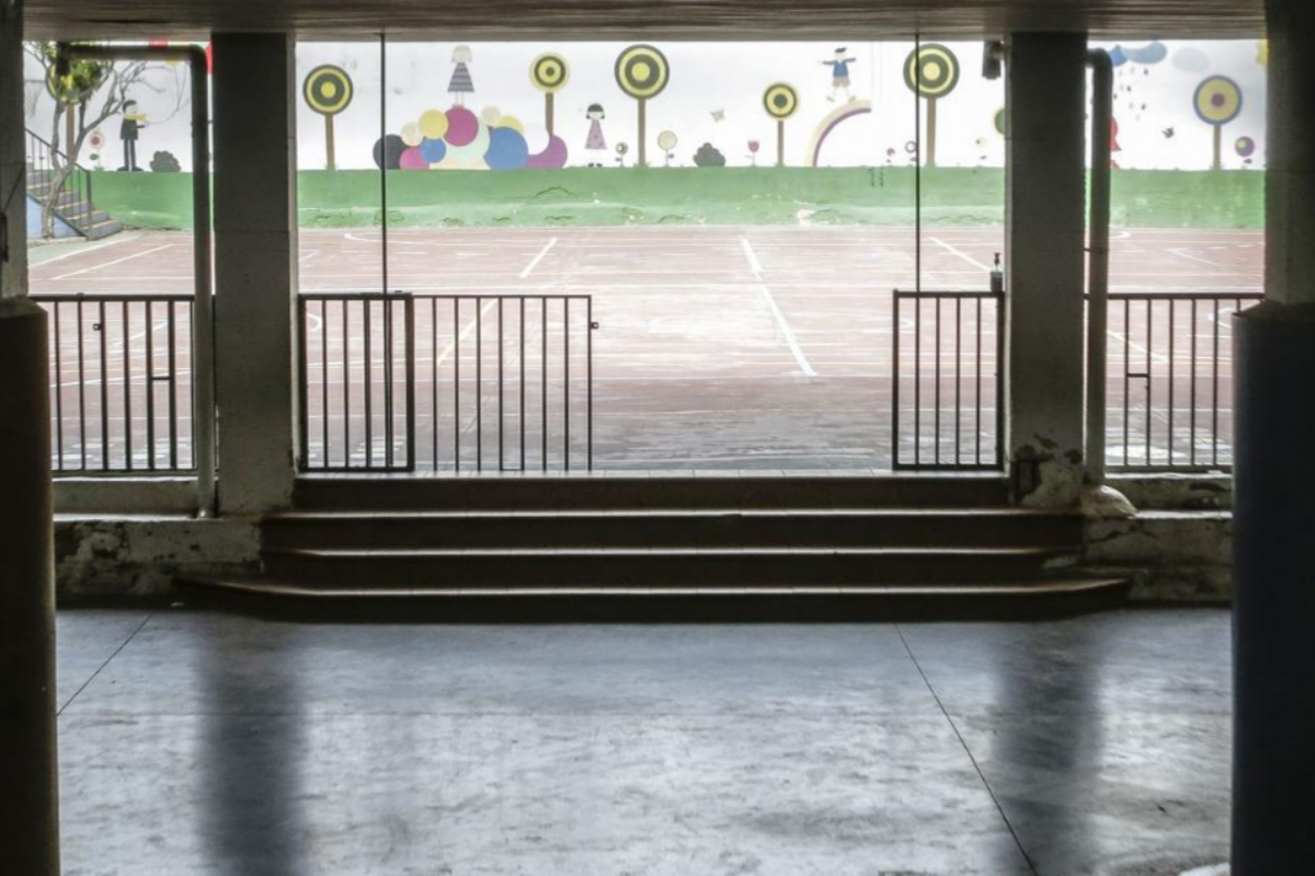Un patio sin alumnos en un centro escolar en Valencia.
