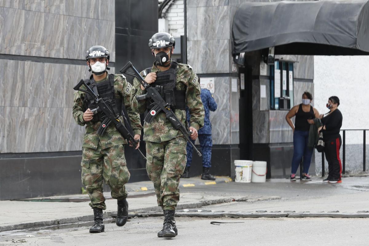 Soldados prestan vigilancia en la cárcel La Modelo, en Bogotá.