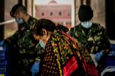 Personal militar reparte comida dentro de un plan de emergencia social realizado por el Ayuntamiento de Lisboa.