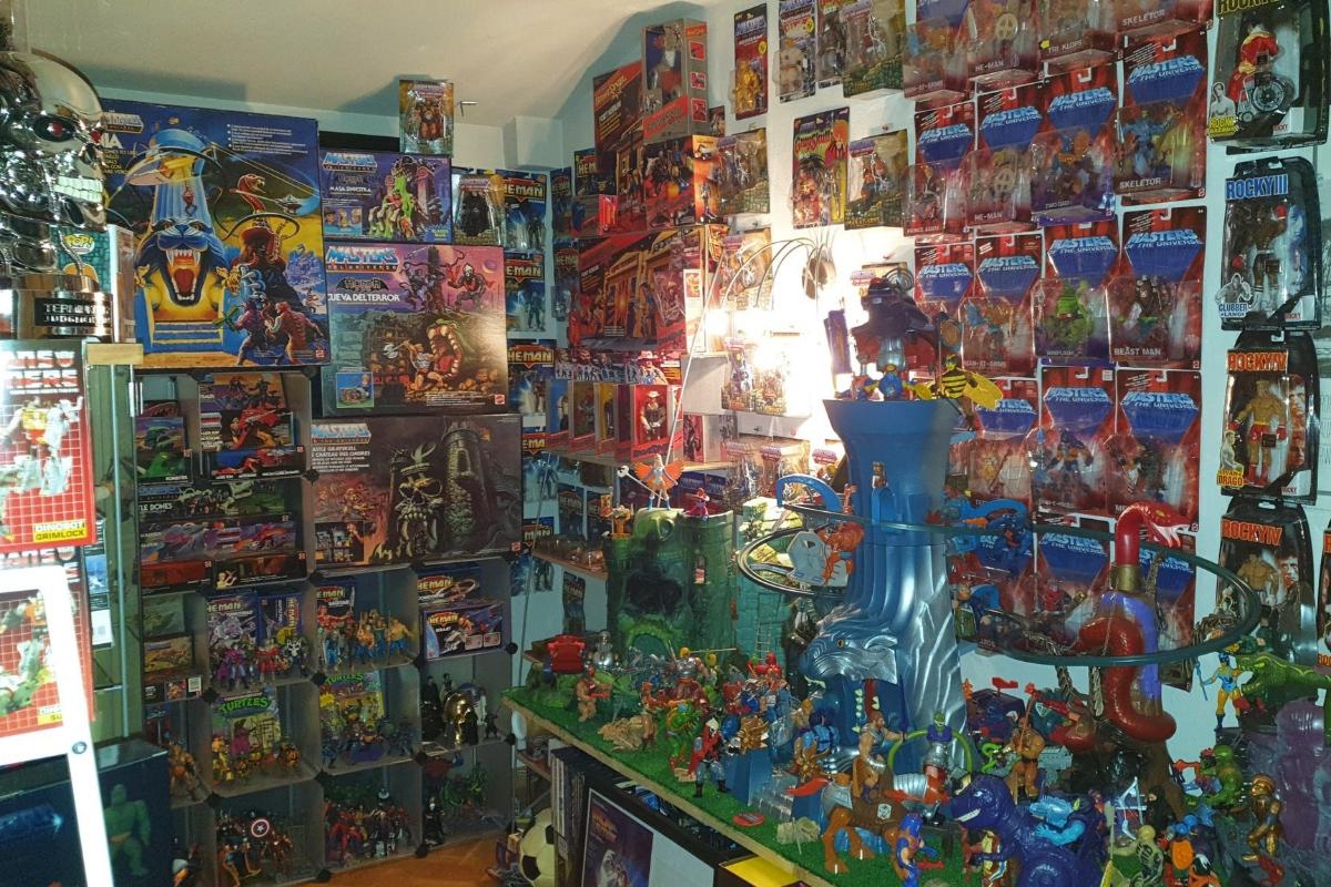 """""""Soy coleccionista desde la niñez. Más que jugar con ellos lo que hacía de pequeño con los muñecos era colocarlos, limpiarlos y exhibirlos. Colecciono principalmente juguetes de los 80 y, sobre todo, <a href=""""https://www.elmundo.es/cultura/2016/12/31/58662562268e3e563d8b45bd.html"""" target=""""_blank"""" rel=""""nofollow"""">Masters del Universo</a>, de los que tengo todo lo que salió en España y casí todo lo que se comercializó en el mundo. Incluido el<em> playset</em> Eternia, que es mi joya de la corona y un objeto muy buscado por los coleccionistas (alcanza los 3.000 euros en puja). También tengo predilección por los Transformers, Bravestarr y las figuras de <em>Las nuevas aventuras de He-Man</em>, la continuación de los Masters del Universo que se lanzó en 1989.<a href=""""https://twitter.com/KromicB"""" target=""""_blank"""" rel=""""nofollow""""> Tengo una colección</a> formada por más de 400 juguetes y 3.500 cómics, mi otra gran pasión. Soy uno de los pocos españoles que tienen un número 1 de <em>The Amazing Spider-Man</em> de 1963, y poseo varios ejemplares firmados por leyendas como <strong>Stan Lee </strong>y  <strong>John Romita Sr</strong>. También atesoro juguetes de mesa de los años 80, especialmente de la marca MB"""". <strong>Kromic Bruck </strong>(Madrid)"""