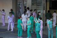 Enfermeras del hospital de Cruces regresan a su actividad después de una de las concentraciones durante la pandemia del coronavirus.