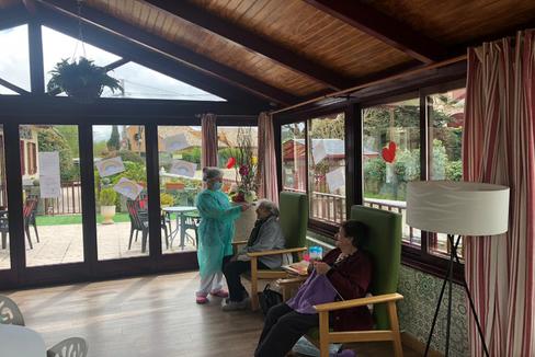 Una trabajadora de la residencia Mirasierra Cercedilla toma la temperatura a una de las residentes del centro, donde hay cero casos de coronavirus.