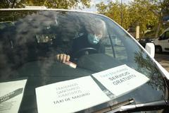 David, un taxista de Madrid, dentro de su coche, desde el que realiza servicios gratuitos a sanitarios.