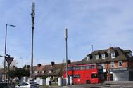 Una antena de telefonía vandalizada en Londres.