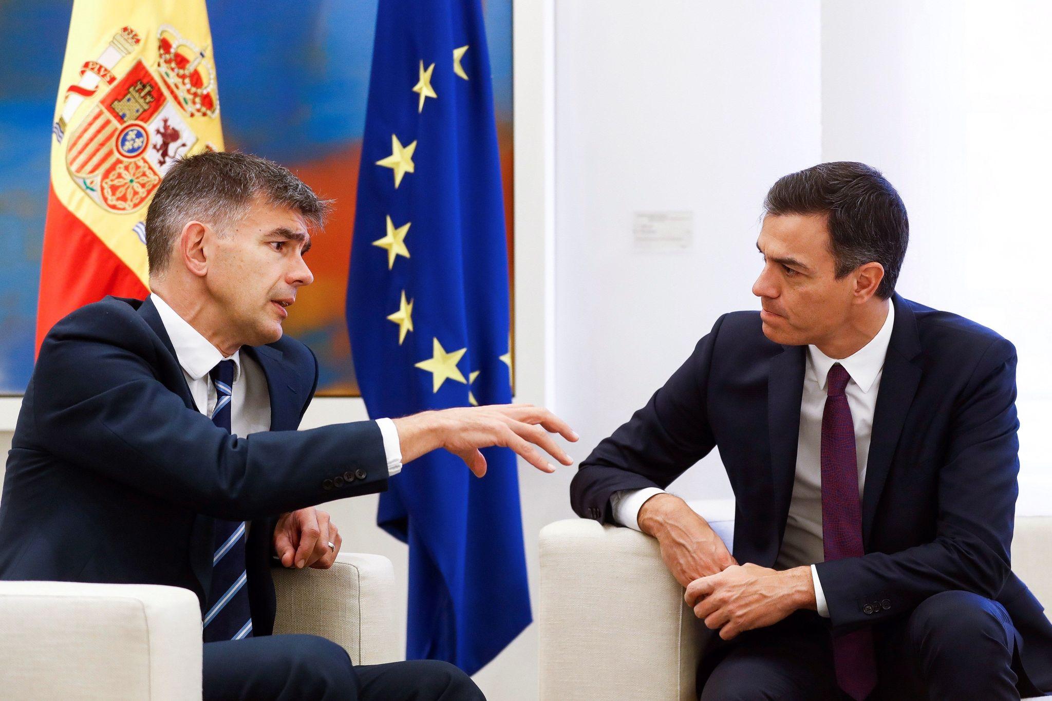 Pedro Sánchez conversa con el presidente de Google Europa, Matt Brittin,