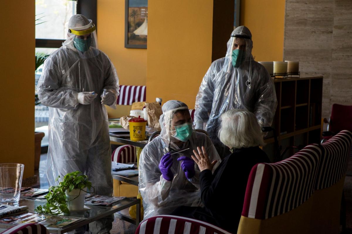 Voluntarios de la ONG Open Arms trabajan haciendo ensayos clínico para identificar tratamiento de emergencia del Covid-19, en una residencia de Barcelona