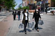 Dos mujeres caminan por las calles de Pekín